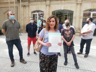 Sara Carreño muestra la demanda que el Consejo Ciudadano alternativo y la candidatura de Entre Todas Podemos va a presentar en el juzgado contra Podemos