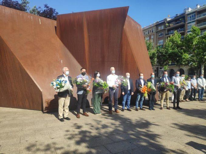 El Equipo de Gobierno del Ayuntamiento de Logroño se ha congregado este lunes junto a la Escultura en Memoria a la Víctimas del Terrorismo con motivo del aniversario de la muerte de Miguel Ángel Blanco. - EUROPA PRESS